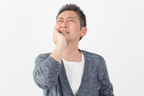 顎関節症に悩む人